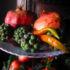 Alzatine natalizie con meline, peperoncini e bacche di edera