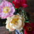 Bouquet lussureggiante di peonie e carciofi
