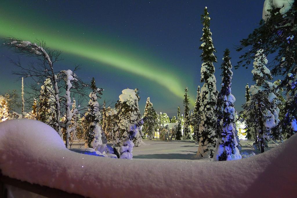 aurora boreale con neve