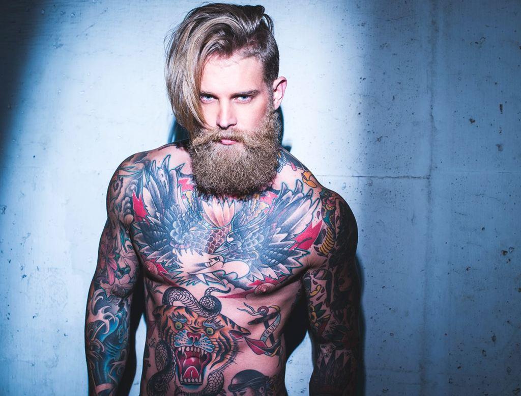 Hipster uomo  dalla barba alle bretelle b2a20c466048