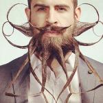 Hipster uomo: tutto baffi e barba