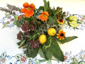 Centrotavola fai da te con aromatiche e fiori del giardino