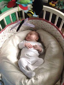 Sonno neonato : come farlo dormire sul cuscino allattamento (video)