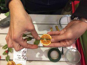 addobbi natalizi in carta crespa fai da te agrifoglio e arancio