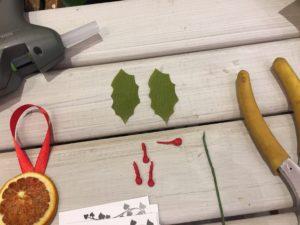 addobbi natalizi in carta crespa palline e foglie agrifoglio