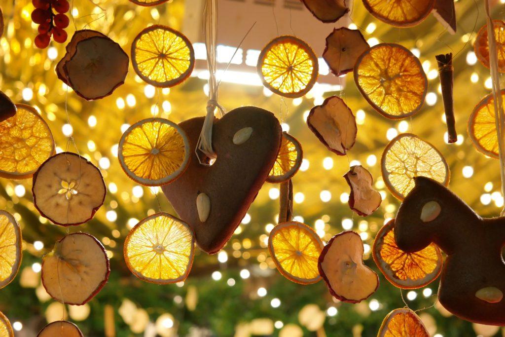 decorazioLe decorazioni di natale con frutta essiccata fatte in casani di natale con frutta essiccata