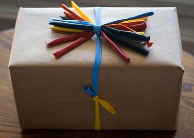 _Utilizzare_i_palloncini_per_decorare_un_pacco_regalo